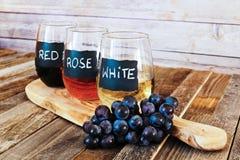 Trzy kolorów wina lot w etykietek szkłach zamyka up Obrazy Stock