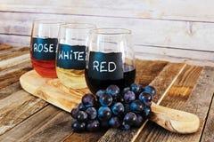 Trzy kolorów wina lot w etykietek szkłach zamyka up Zdjęcia Royalty Free