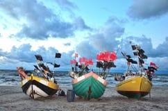 Trzy kolor łodzi denny wybrzeże przed burzą Obrazy Royalty Free