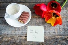 Trzy kolorowego tulipanu na drewnianym stole Filiżanka kawy, ciastka Atmosferyczny nastrój śniadanie Obrazy Stock