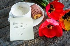 Trzy kolorowego tulipanu na drewnianym stole Filiżanka kawy, ciastka Atmosferyczny nastrój śniadanie Zdjęcia Royalty Free