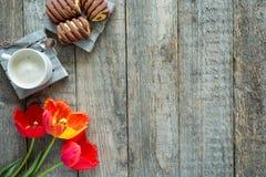 Trzy kolorowego tulipanu na drewnianym stole Filiżanka kawy, ciastka Odbitkowa przestrzeń dla teksta Zdjęcie Stock