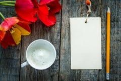 Trzy kolorowego tulipanu na drewnianym stole Notepad puste miejsce dla teksta Obrazy Royalty Free