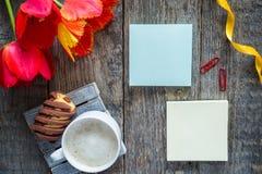 Trzy kolorowego tulipanu na drewnianym stole Notepad puste miejsce dla teksta Filiżanka kawy, ciastka Fotografia Royalty Free