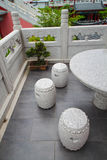 Trzy krzesła i stół przy Oriental uprawiają ogródek Zdjęcie Stock