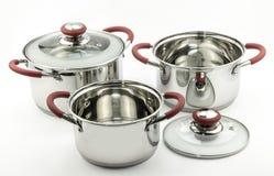 Trzy kuchni kucharstwa garnka z czerwieni rękojeściami i szklanymi deklami Obraz Royalty Free
