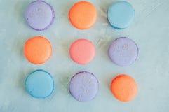 Trzy linii kolorowi macarons na białym kamiennym tle Cl Fotografia Stock