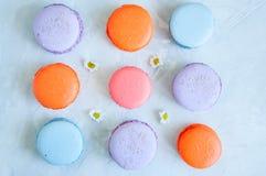 Trzy linii kolorowi macarons na białym kamiennym tle Cl Zdjęcie Royalty Free
