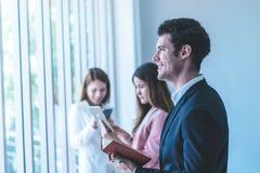 Trzy ludzie biznesu pisze pomysle na książce w drużynowym spotkaniu zdjęcia stock