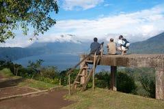 Trzy ludzie patrzeje halnego jezioro Zdjęcia Royalty Free