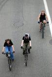 Trzy ludzie przejażdżka rowerów na widok Zdjęcia Stock
