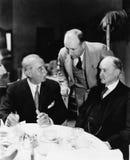Trzy mężczyzna siedzi wpólnie przy stołem (Wszystkie persons przedstawiający no są długiego utrzymania i żadny nieruchomość istni Zdjęcie Royalty Free