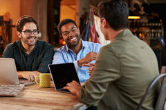 Trzy Męskiego projektanta mody W spotkaniu Używa laptop zdjęcia royalty free