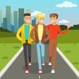 Trzy męskiego przyjaciela opowiada i ono uśmiecha się podczas gdy chodzący na miasto ulicie, przyjaźni pojęcia wektoru ilustracja royalty ilustracja