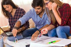 Trzy młodego ucznia pracuje wpólnie na nowym projekcie obrazy stock