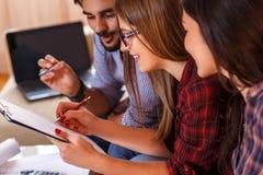 Trzy młodego ucznia pracuje wpólnie na nowym projekcie obraz stock