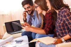 Trzy młodego ucznia pracuje wpólnie na nowym projekcie obrazy royalty free