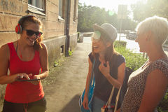 Trzy młodej kobiety Ma zabawę Outdoors Zdjęcie Royalty Free