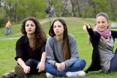 Trzy młodej kobiety patrzeje i wskazuje zdjęcie royalty free