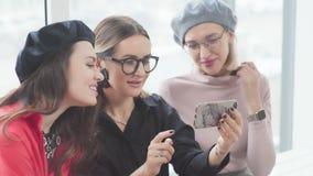 Trzy młodej kobiety są uśmiechnięci, robić selfies Kobiety przyjaźń zbiory
