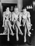 Trzy młodej kobiety siedzi na górze pianina (Wszystkie persons przedstawiający no są długiego utrzymania i żadny nieruchomość ist fotografia stock