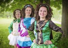 Trzy młodej pięknej dziewczyny w irlandzkiego tana smokingowy pozować plenerowy zdjęcia stock
