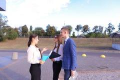Trzy młody pomyślny biznesmen, ucznie komunikują, smilin Zdjęcia Royalty Free