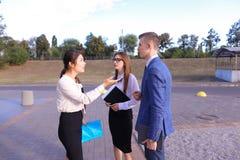 Trzy młody pomyślny biznesmen, ucznie komunikują, smilin Zdjęcie Royalty Free