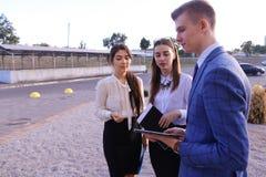Trzy młody pomyślny biznesmen, ucznie komunikują, smilin Zdjęcia Stock