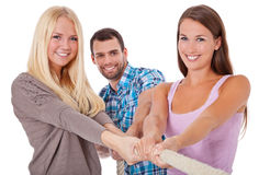 Trzy młodzi ludzie ciągnie arkanę Zdjęcia Stock