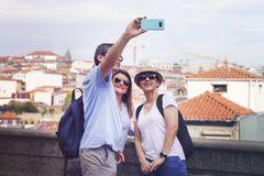 Trzy młodzi ludzie fotografują na telefonie zdjęcie royalty free