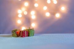 Trzy małego prezenta pudełka na śniegu Zdjęcie Royalty Free