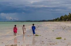 Trzy małej Afrykańskiej dziewczyny wzdłuż oceanu przy słonecznym dniem fotografia royalty free