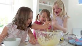 Trzy małej dziewczynki Robi tortowi Wpólnie zdjęcie wideo
