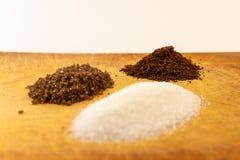 Trzy małej góry kawy, białego i czarnego cukier, zdjęcie royalty free