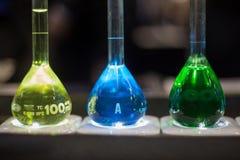Trzy medycznych kolb butelek żółty błękit gren ciecz Zdjęcia Royalty Free