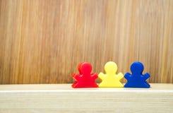 Trzy meeples w pojęciu rodzinna gra Obrazy Royalty Free