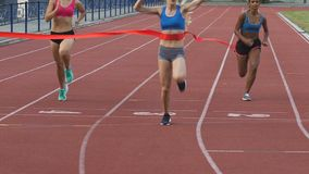 Trzy multiracial uczestnika bieg ścigają się krzyżujący wykończeniową linię, mo zdjęcie wideo