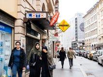 Trzy muzułmańskiej dziewczyny chodzi na Francuskiej ulicie Obrazy Stock