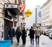 Trzy muzułmańskiej dziewczyny chodzi na Francuskiej ulicie Zdjęcia Royalty Free