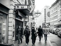 Trzy muzułmańskiej dziewczyny chodzi na Francuskiej ulicie Zdjęcie Stock