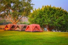 Trzy namiotu dla obozować z naturalnym terenem obrazy royalty free