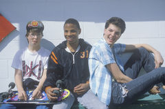 Trzy nastoletniego chłopaka pozuje dla obrazka przy nabiał królową, Otis, LUB Zdjęcia Stock