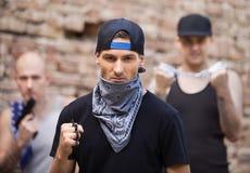 Trzy niebezpieczny gangsterski trwanie outside Obrazy Stock