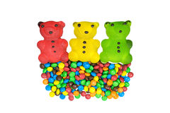 Trzy niedźwiedzi czerwona żółta zieleń i mnóstwo barwioni cukierki Zdjęcia Stock
