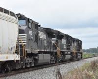Trzy Norfolk Południowej lokomotywy ciągną pociąg zdjęcia royalty free