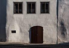 Trzy okno, drzwi, biała ściana zdjęcie stock