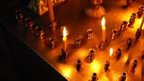 Trzy płonącej świeczki w wielkim candlestick zbiory