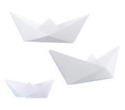 Trzy papierowej łodzi odizolowywającej nad bielem zdjęcie stock