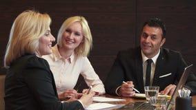 Trzy partnera biznesowego dyskutują ich nowego działanie projekt zbiory